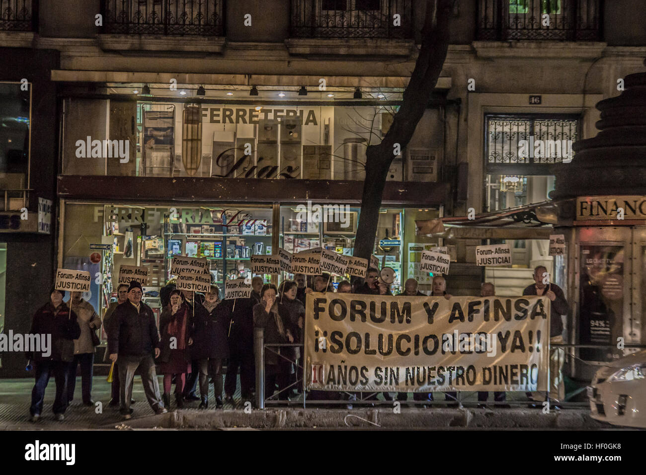 """Madrid, Spagna. 27 Dic, 2016. Anziani dimostrazione clienti contro 'Forum e società Afinsa truffa """" Immagini Stock"""