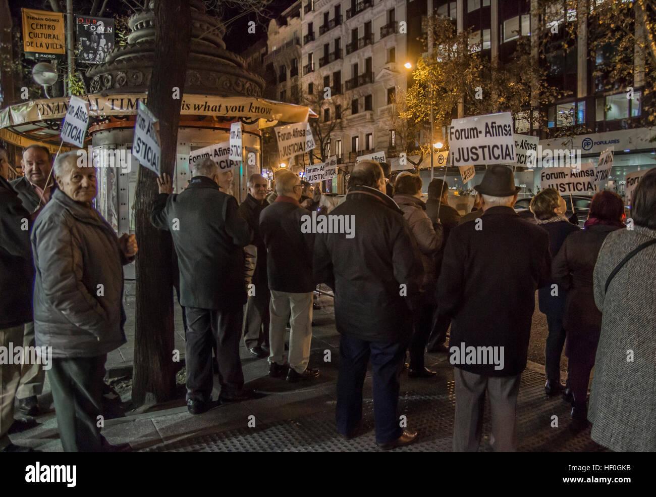 """Madrid, Spagna. 27 Dic, 2016. Anziani dimostrazione client, contro il """"Forum Afinsa e società di frode"""" Immagini Stock"""