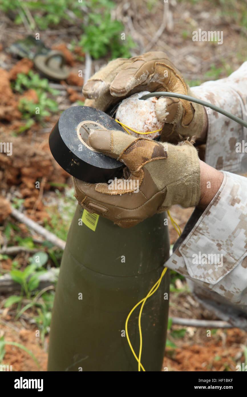 Un Marine con il terzo materiale esplosivo Azienda mette insieme un finto improvvisato dispositivo esplosivo 26 Immagini Stock