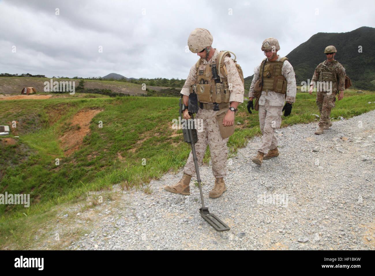 Marines cerca la zona circostante di una simulazione sito blast giugno 26 a Camp Schwab. La formazione ha dato i Immagini Stock