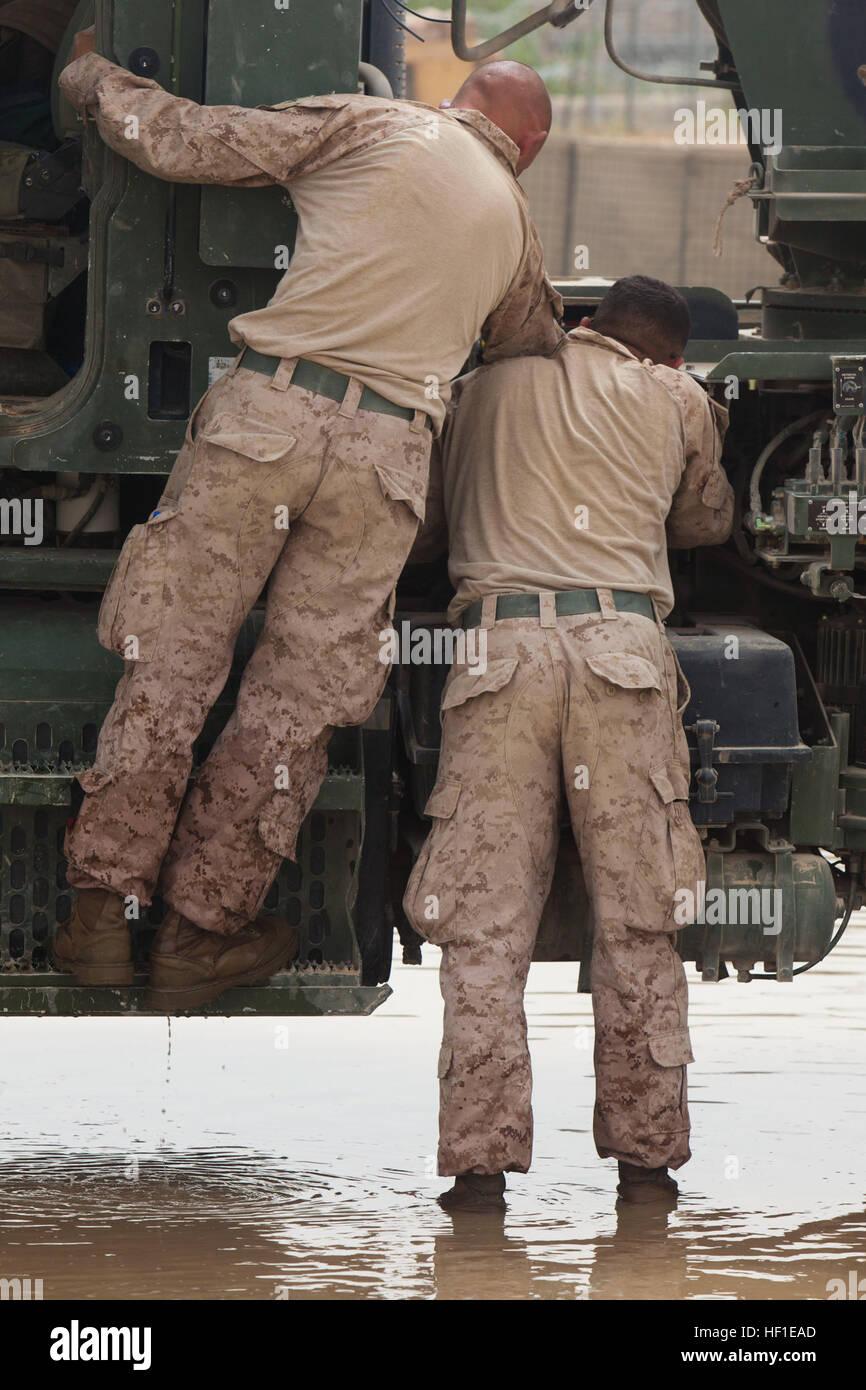 Stati Uniti Marines con supporto per il trasporto azienda logistica di combattimento reggimento 2, preparare un Immagini Stock