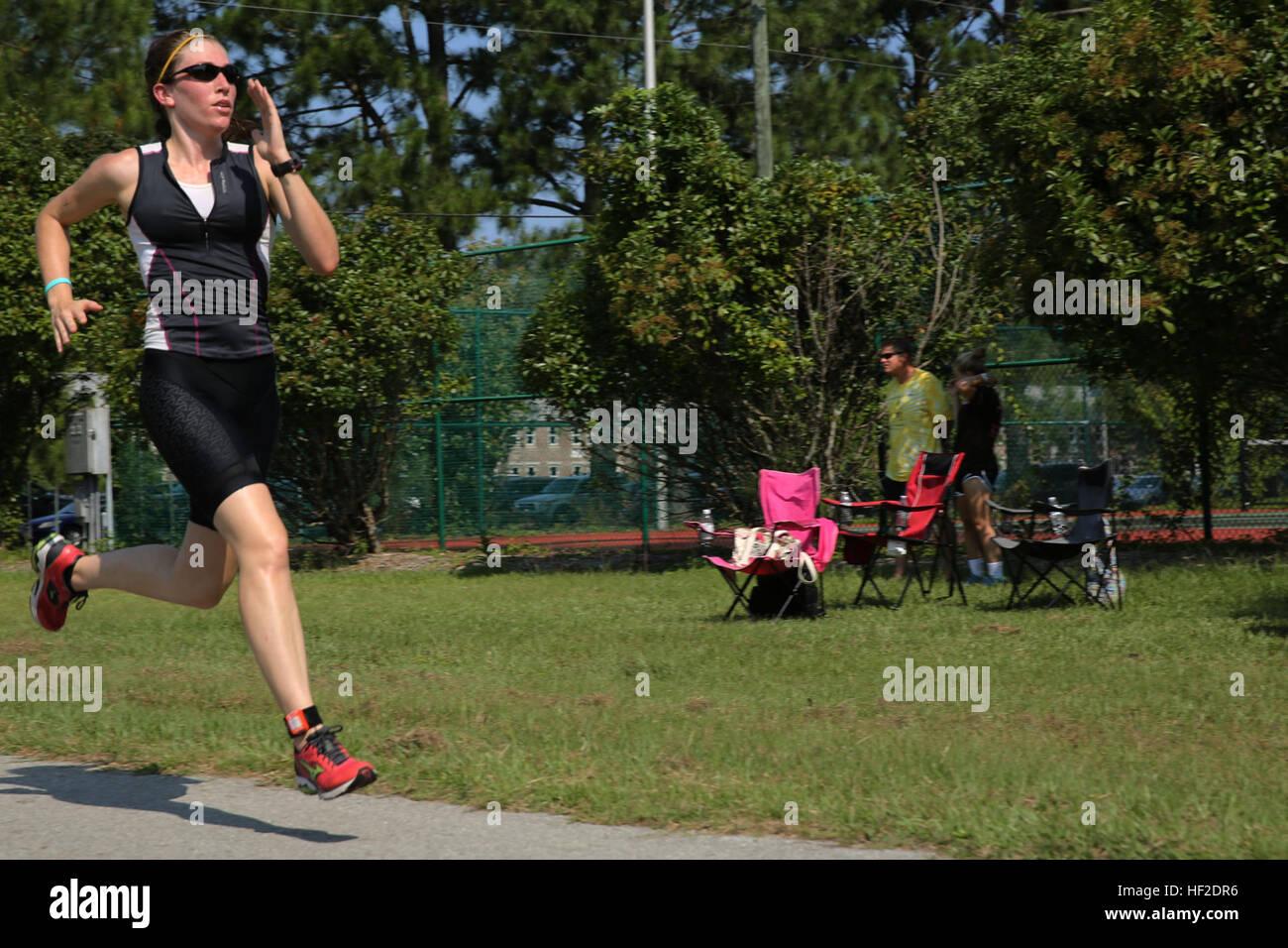 Katie Contento sprint alla fine a 3 miglio di eseguire durante la Marine Corps servizi comunitari' Triathlon Immagini Stock
