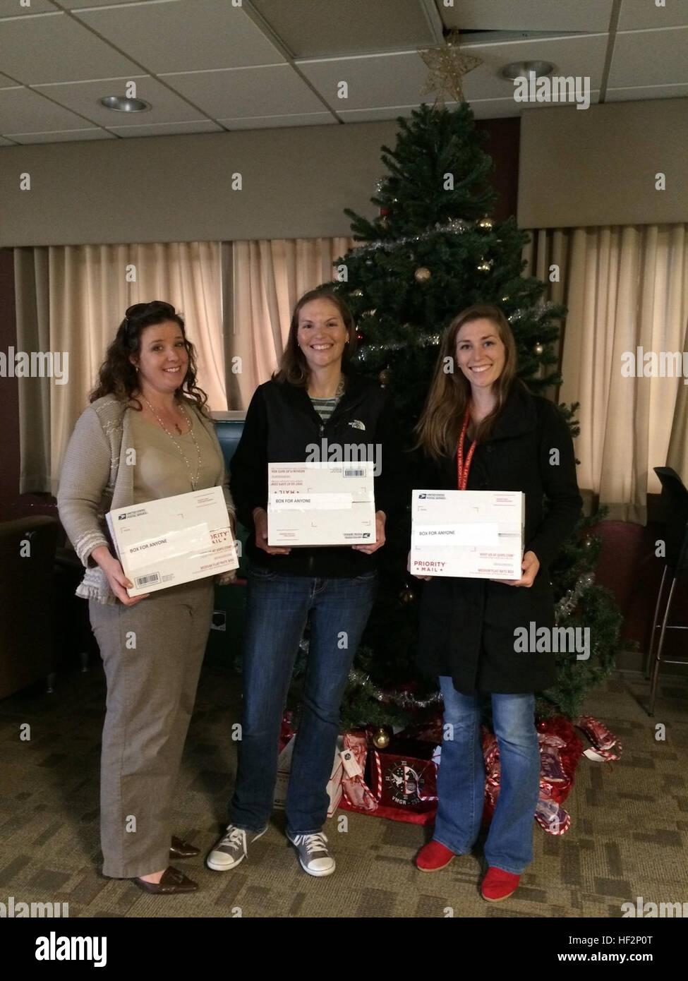 Icy Munchel, sinistra, Megan Goold, centro e Katie Contento pongono di fronte a un albero di Natale al Marine Corps Immagini Stock