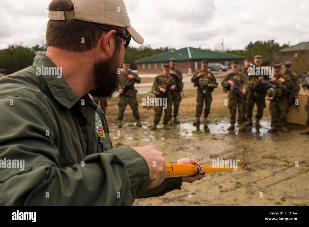 Uno specialista della formazione con il Marine Corps Engineer Scuola dimostra come utilizzare un holley stick a Immagini Stock