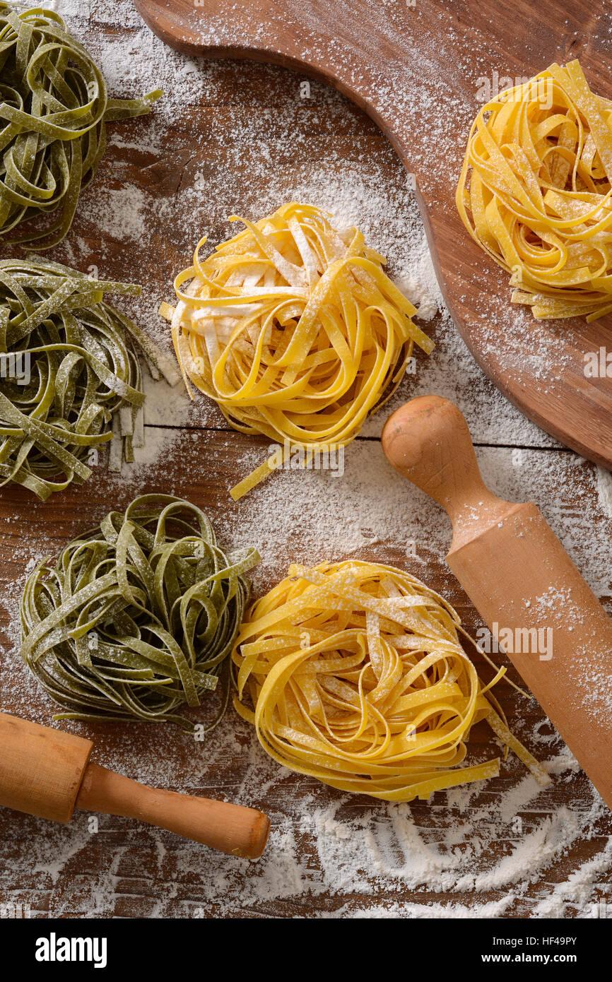 Noodle all'uovo sul tavolo - cibo tradizionale italiano Immagini Stock