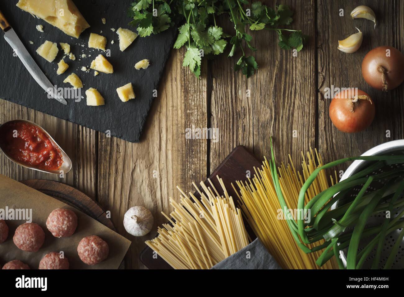 Gli ingredienti per cucinare gli spaghetti, Polpette con formaggio ed erbe fresche orizzontale dello spazio di copia Immagini Stock