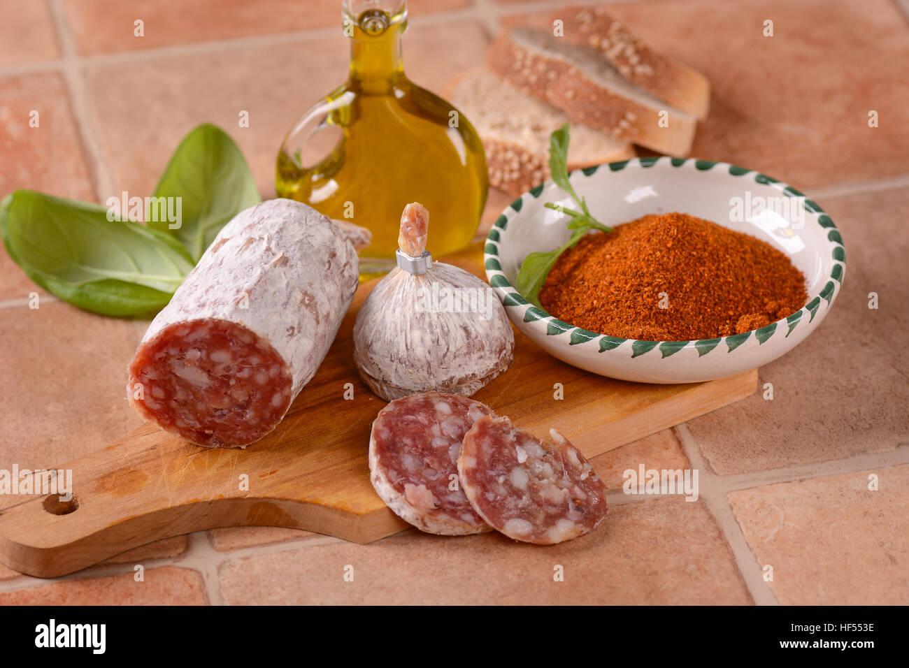 Puro suino salame con peperoncino - cibo tradizionale italiano Immagini Stock