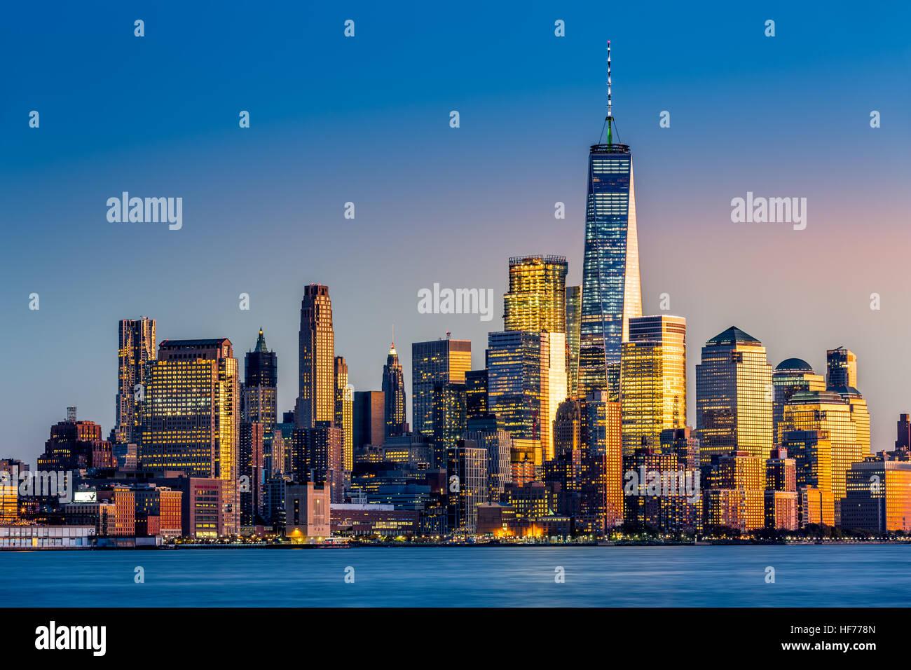 La parte inferiore di Manhattan al tramonto visto da Hoboken, New Jersey Immagini Stock