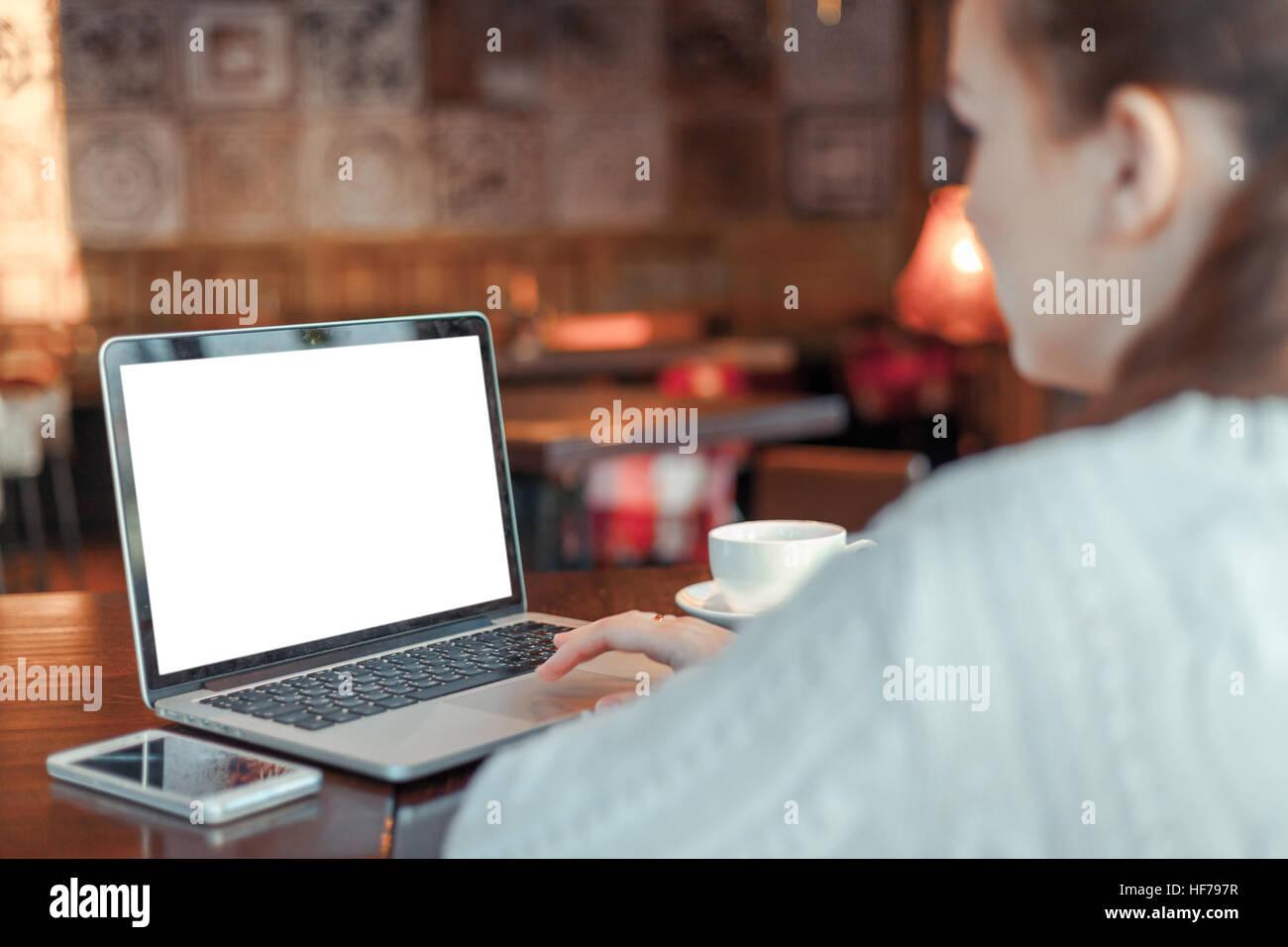 Donna al lavoro su computer portatile Immagini Stock