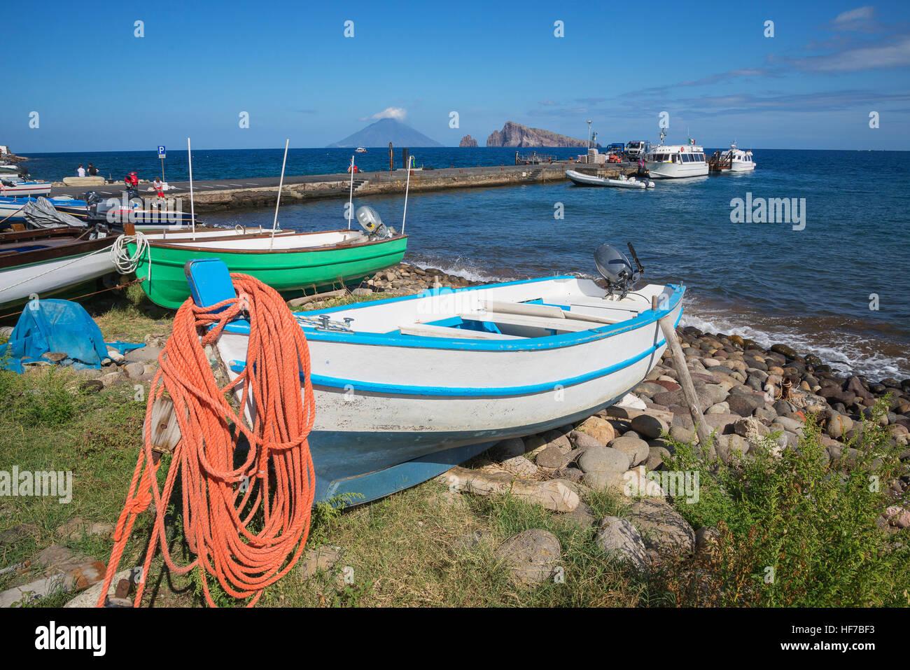 Barche, Panarea, isole Eolie, in Sicilia, Italia, Europa Immagini Stock