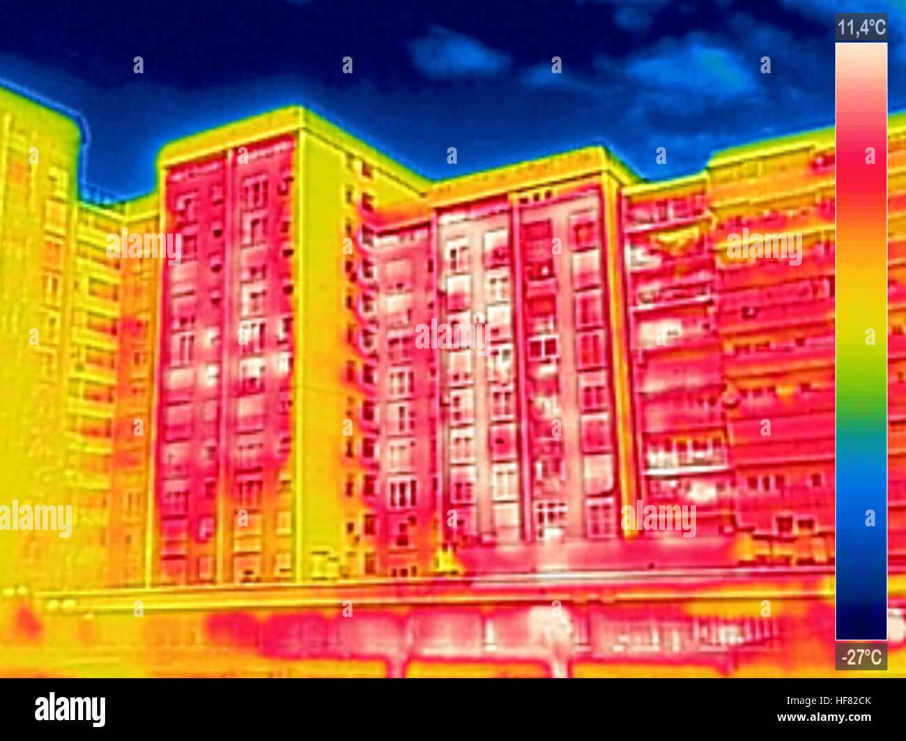Thermovision a raggi infrarossi dell'immagine che mostra la mancanza di isolamento termico su edificio residenziale Immagini Stock