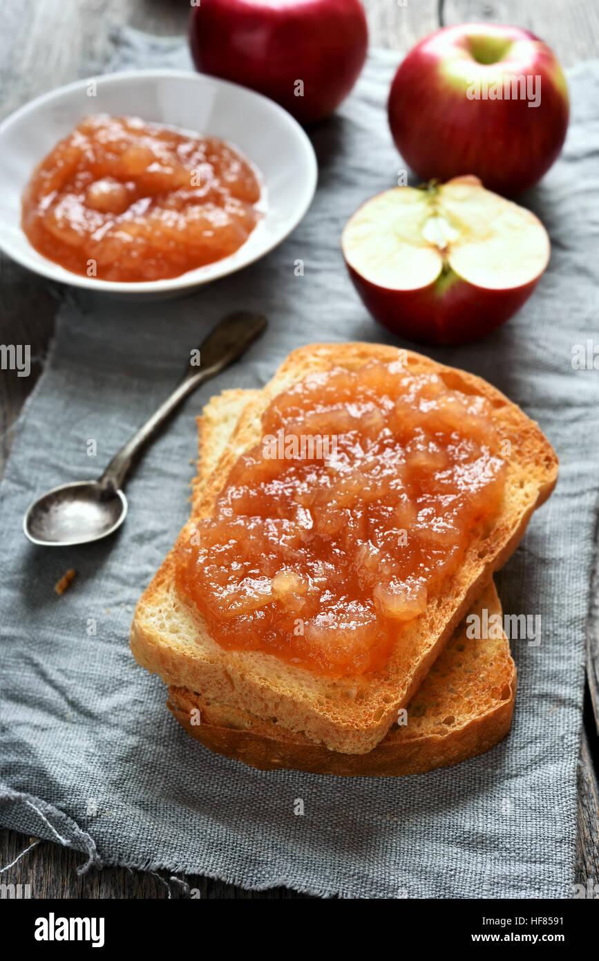 La marmellata di mele su pane tostato, sandwich dolce Immagini Stock