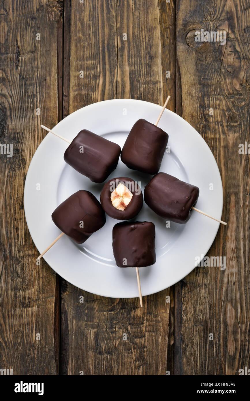 Estate dessert banana surgelate ricoperte di cioccolato, vista dall'alto Immagini Stock