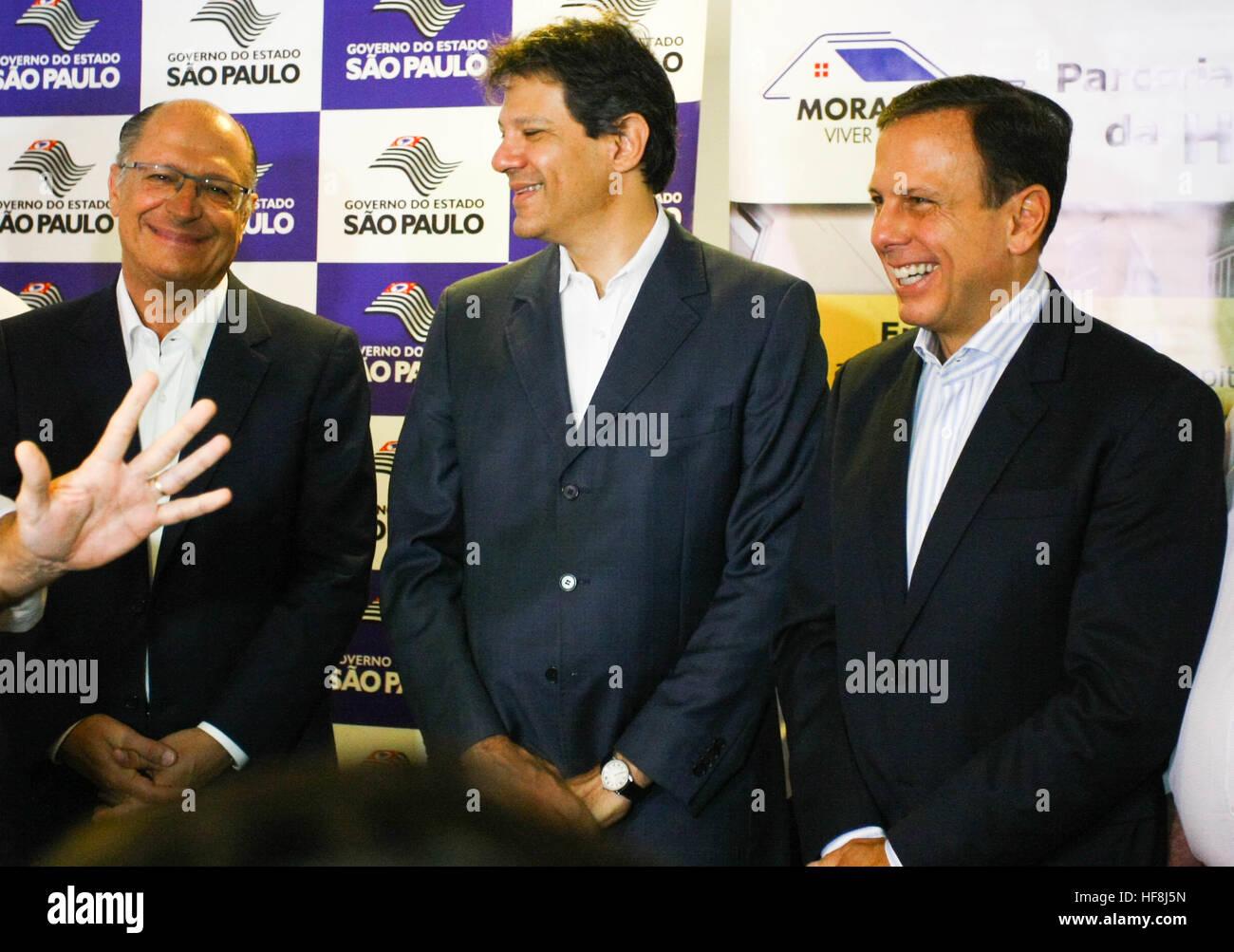 SÃO PAULO, SP - 29.12.2016: ENTREGA DE APARTAMENTOS DA PRIMEIRA PPP - nella foto da destra. p/Esq. Governatore Geraldo Alckmin, Sindaco Fernando Haddad e il sindaco eletto Giovanni Doria. Governatore Geraldo Alckmin consegnato la mattina del giovedì (29), a Rua São Caetano nel centro di São Paulo, 126 appartamenti del primo partenariato pubblico-privato (PPP) nel paese alloggi per famiglie a basso reddito. Hanno partecipato alla manifestazione il sindaco Fernando Haddad e il sindaco eletto Giovanni Doria. (Foto: Aloisio Mauricio/Fotoarena) Foto Stock