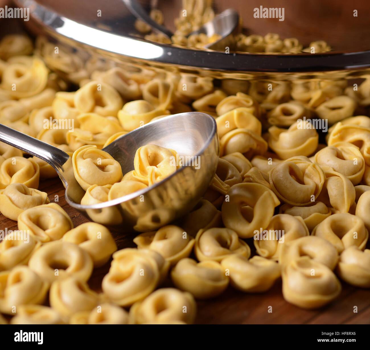 Non cotte tortellini fatti in casa - cibo tradizionale italiano Immagini Stock