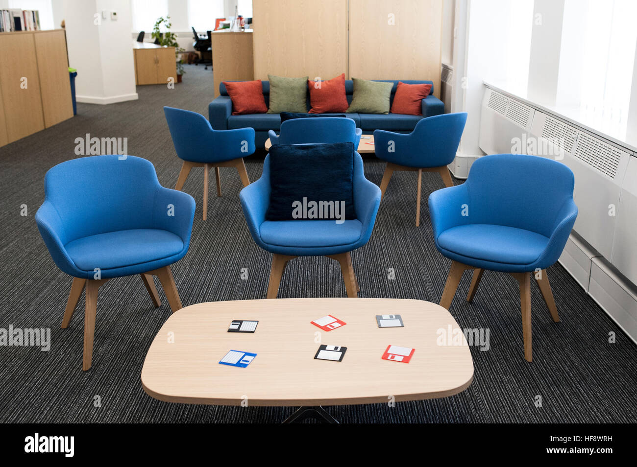 Tavolo Di Ufficio : Ufficio bianco con sedie blu e un tavolo di legno foto immagine