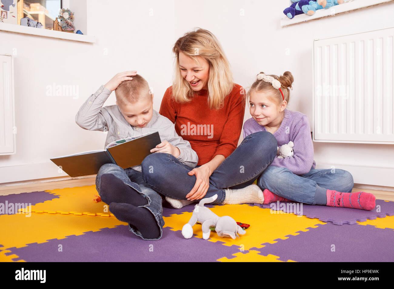 I bambini con donna seduta su una farina Immagini Stock