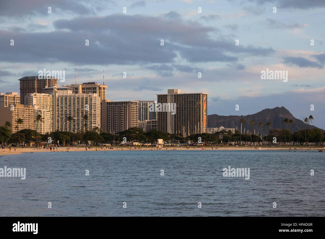 Una vista degli hotel di Waikiki dall'Ala Moana Beach Park a Honolulu. Immagini Stock