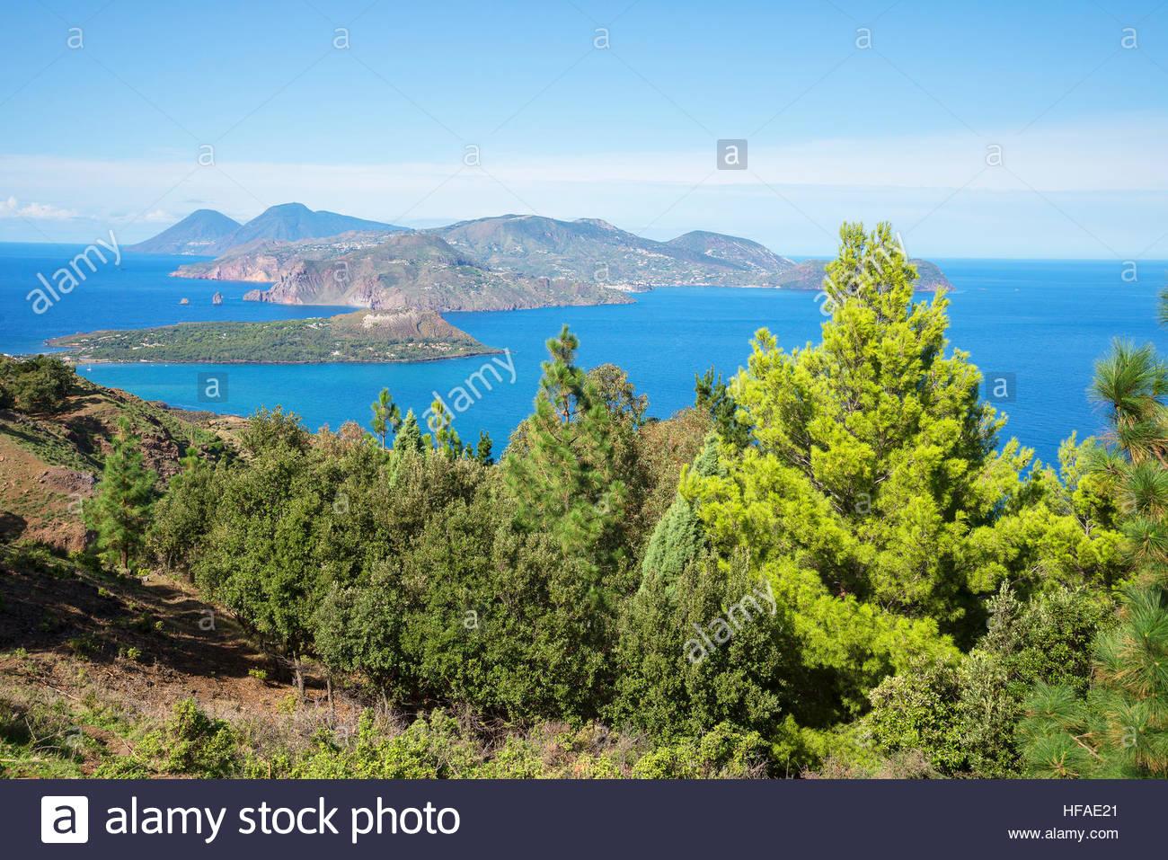 Vista di Lipari e Salina isola, isola di Vulcano, Isole Eolie, Sito Patrimonio Mondiale dell'UNESCO, Sicilia, Immagini Stock