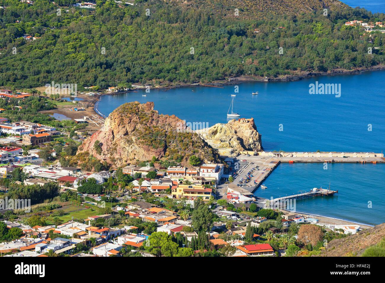 Vista di Vulcanello e Porto di Levante, Isola di Lipari sul retro, Isole Eolie, in Sicilia, Italia Immagini Stock
