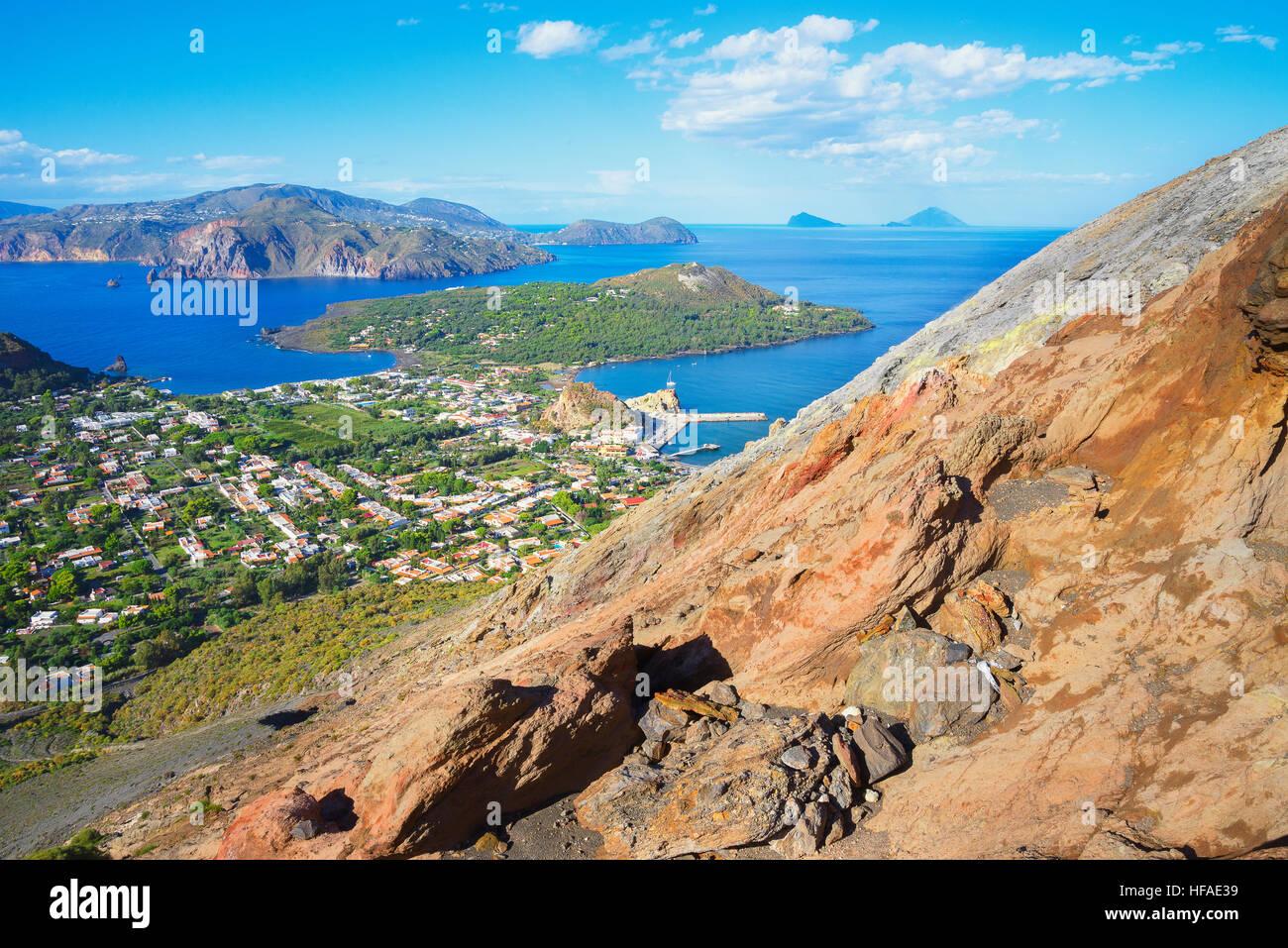 Porto di Levante e Vulcanello vista Isole Aelolian in background, isola di Vulcano, Isole Eolie, Sito Patrimonio Immagini Stock