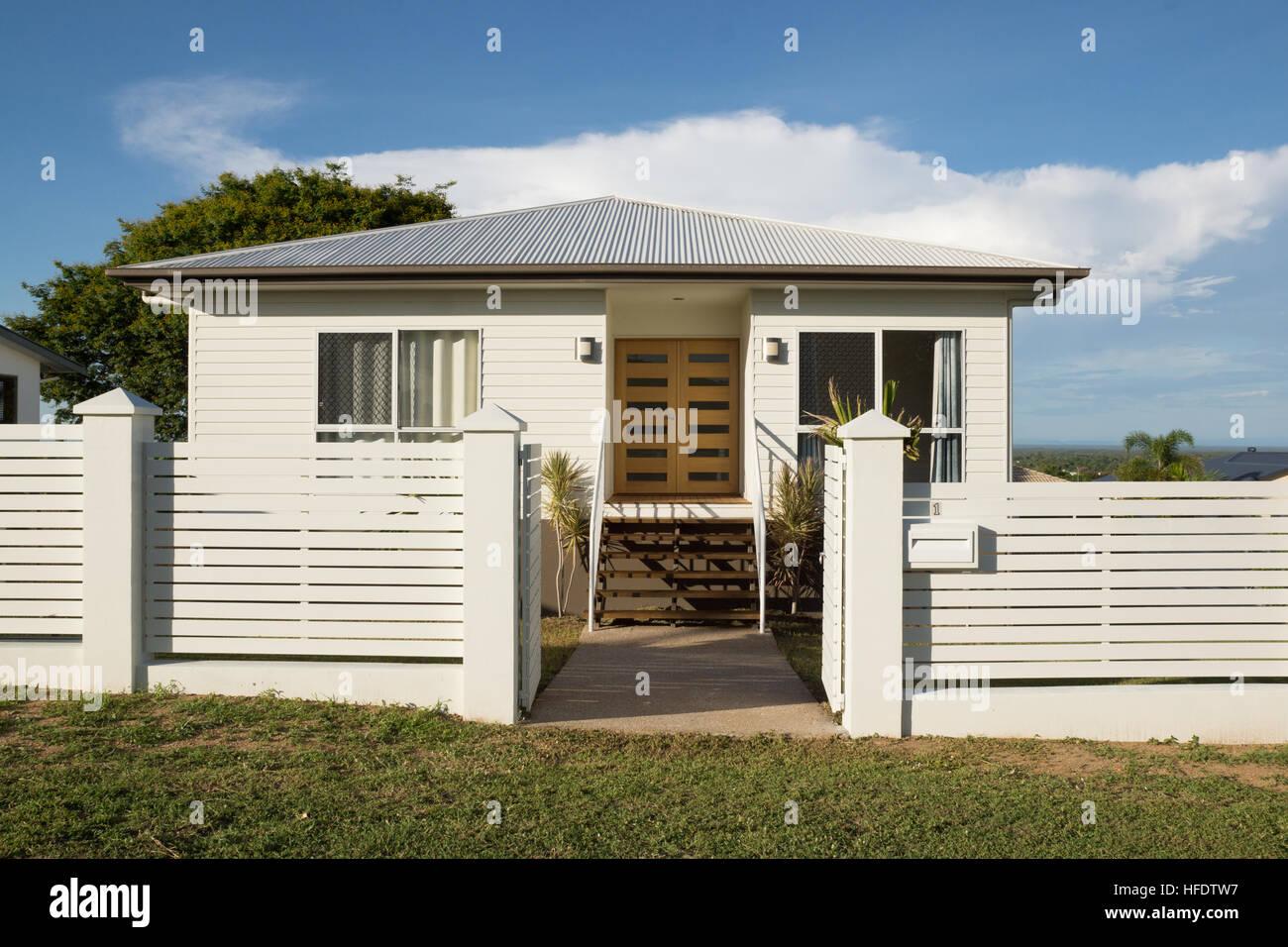 Nuova moderna casa bianca con paling recinzione e porte for Casa moderna bianca esterno