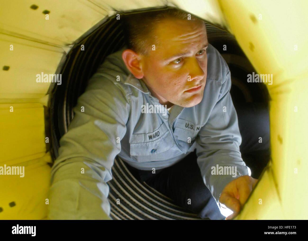 040623-N-4166B-001 Oceano Pacifico (23 giugno 2004) - Aviazione macchinista Mate Airman Paul Ward, da Orlando, Florida, Immagini Stock