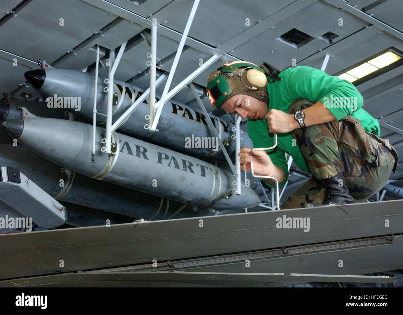 030312-N-4965F-501 Mare Mediterraneo (Mar. 12, 2003) -- Aviazione meccanico strutturale di seconda classe Kenn pareti Immagini Stock