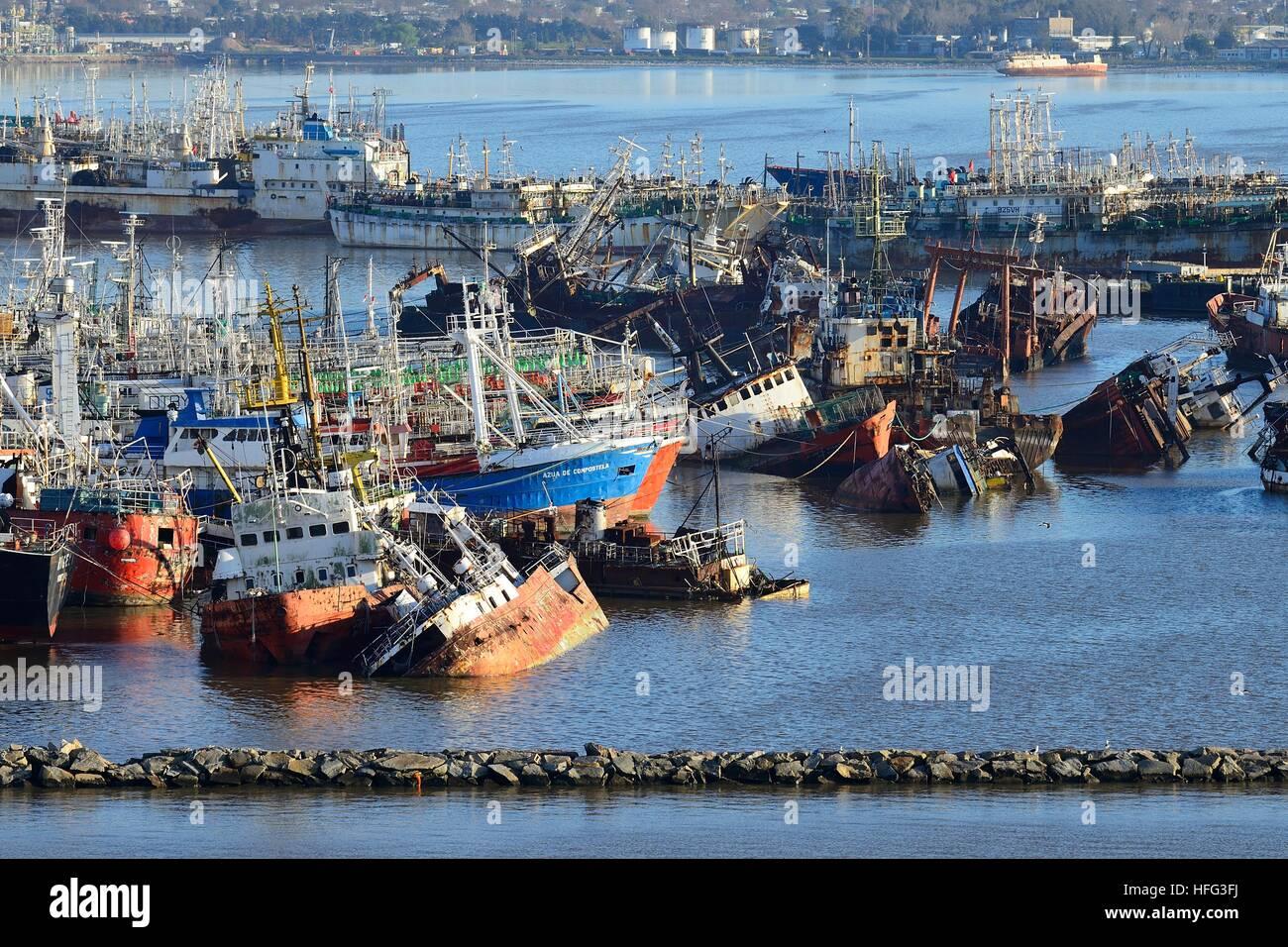 Arrugginite delle navi nel porto di Montevideo, Uruguay Immagini Stock