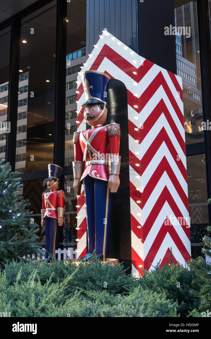 Giocattolo gigante soldato Display per le vacanze nella città di New York, Stati Uniti d'America Immagini Stock