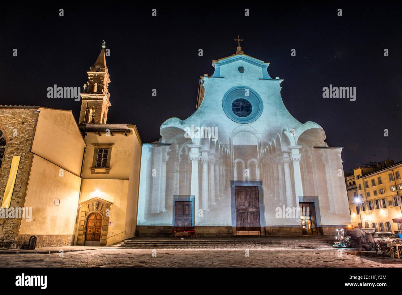 """Firenze, Toscana. La chiesa di Santo Spirito illuminato dalla magia di luci e colori della manifestazione """"Firenze Light Festival' Foto Stock"""