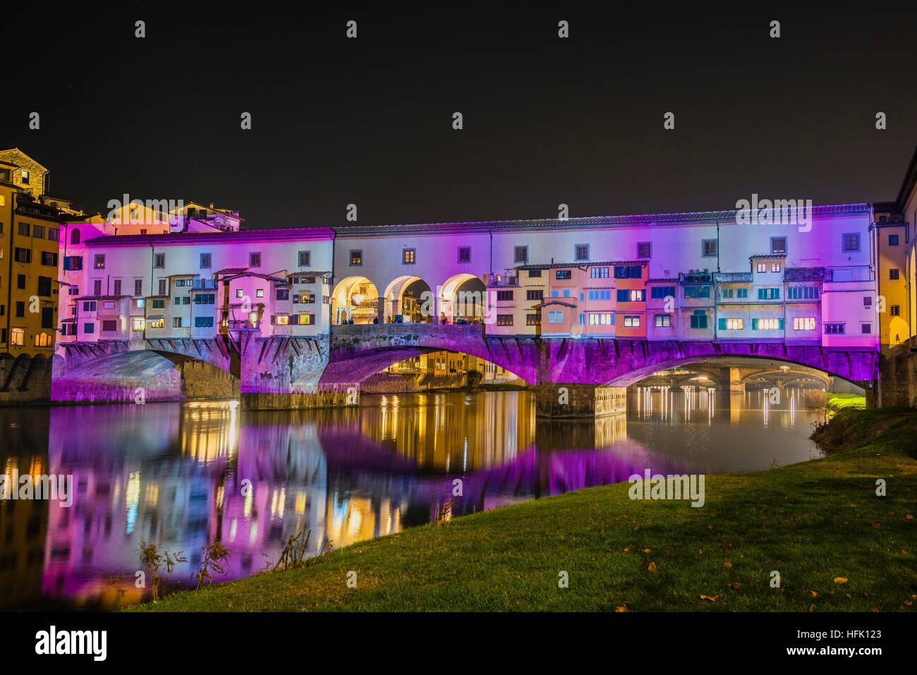 """Firenze, Toscana. Il famoso Ponte Vecchio illuminato dalla magia di luci e colori della manifestazione """"Firenze Immagini Stock"""