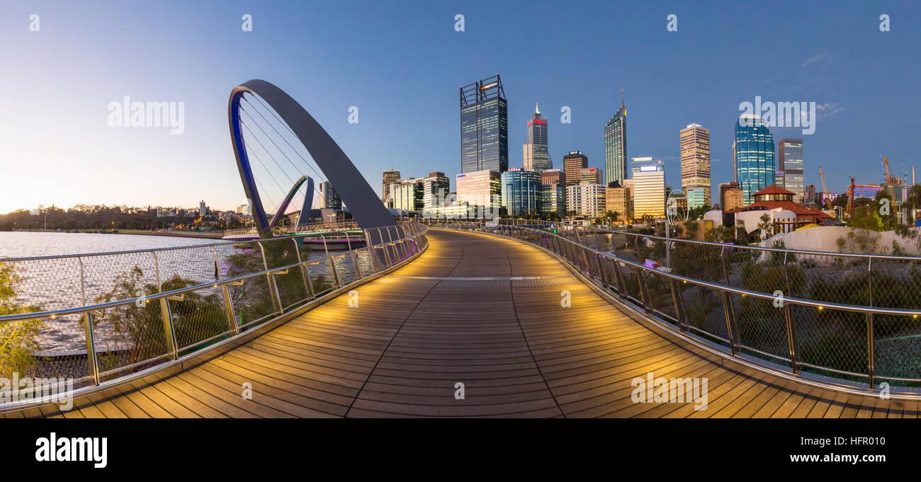 Twilight vista lungo la banchina di Elizabeth ponte pedonale per lo skyline della città al di là, Perth, Immagini Stock