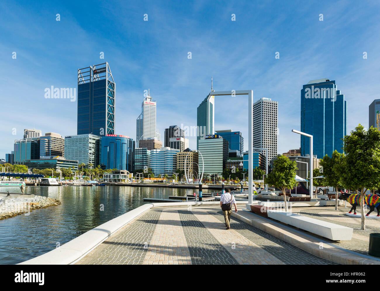 Lavoratore della città passeggiando lungo Elizabeth Quay con lo skyline della città al di là, Perth, Immagini Stock