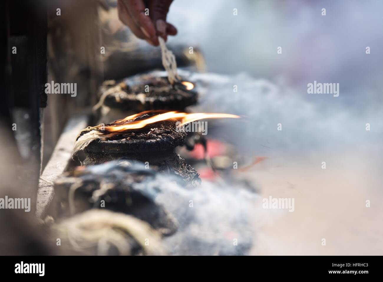 La Credenza Religiosa : Kathmandu bhaktapur tempio culto lampade a olio string incendio fumo