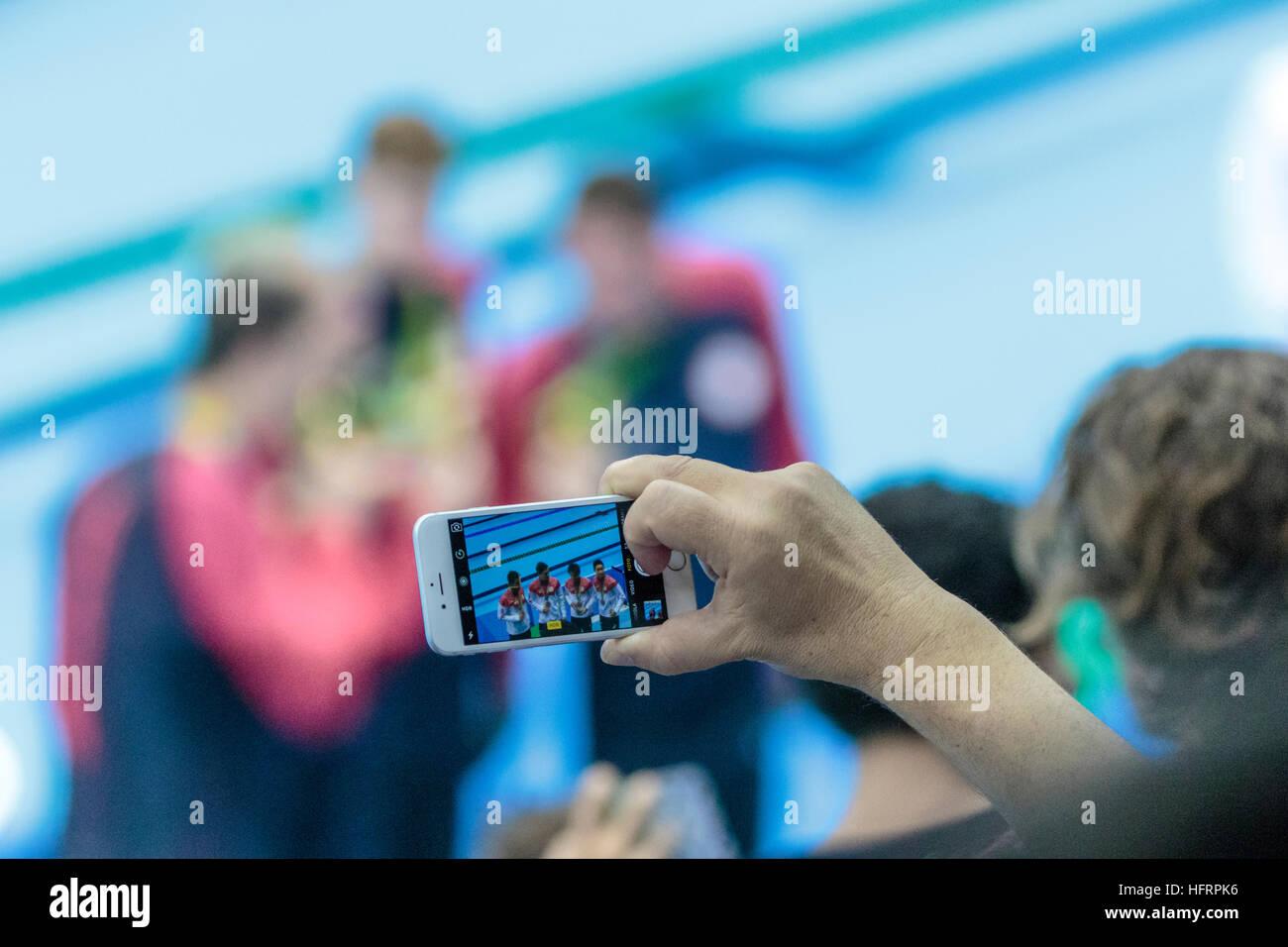 Rio de Janeiro, Brasile. Il 9 agosto 2016. Spettatore utilizzando il telefono cellulare per fotografare Team Japan Immagini Stock