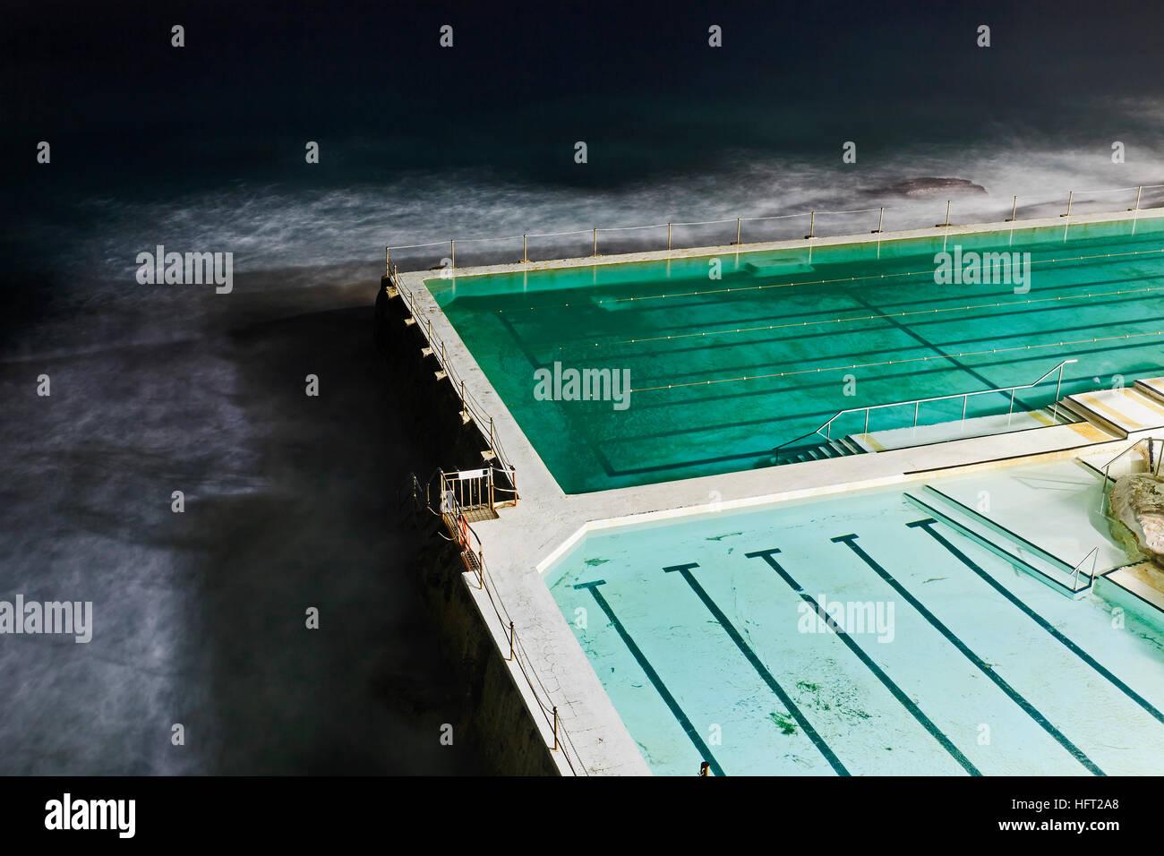 Frammento di pubblico comunale rock pool a Bondi Beach a Sydney in precedenza al mattino. Illuminato corsie di strutture Immagini Stock