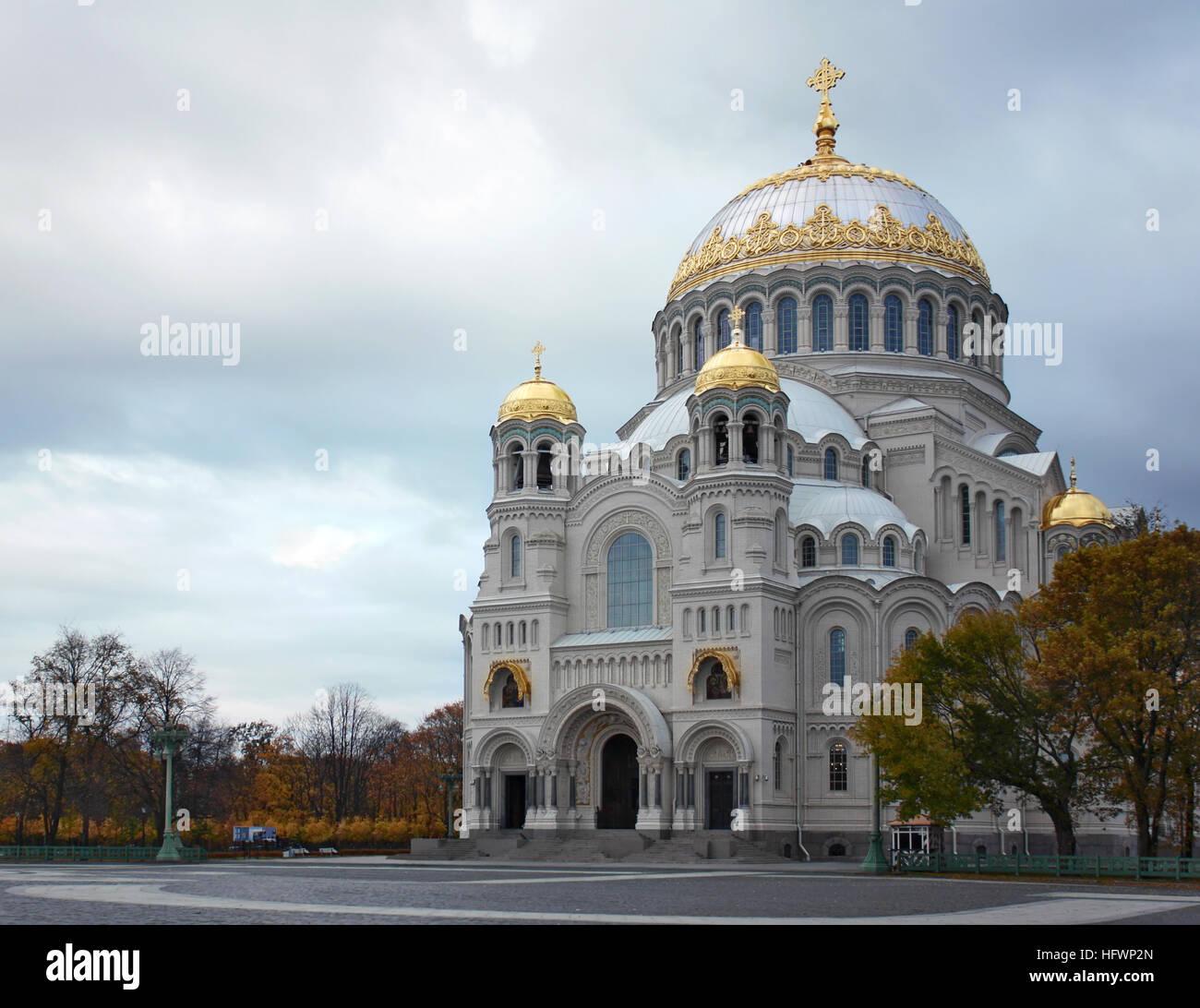 La Naval cattedrale di San Nicola a Kronstadt, a San Pietroburgo in autunno dopo il restauro. È la chiesa russo Immagini Stock
