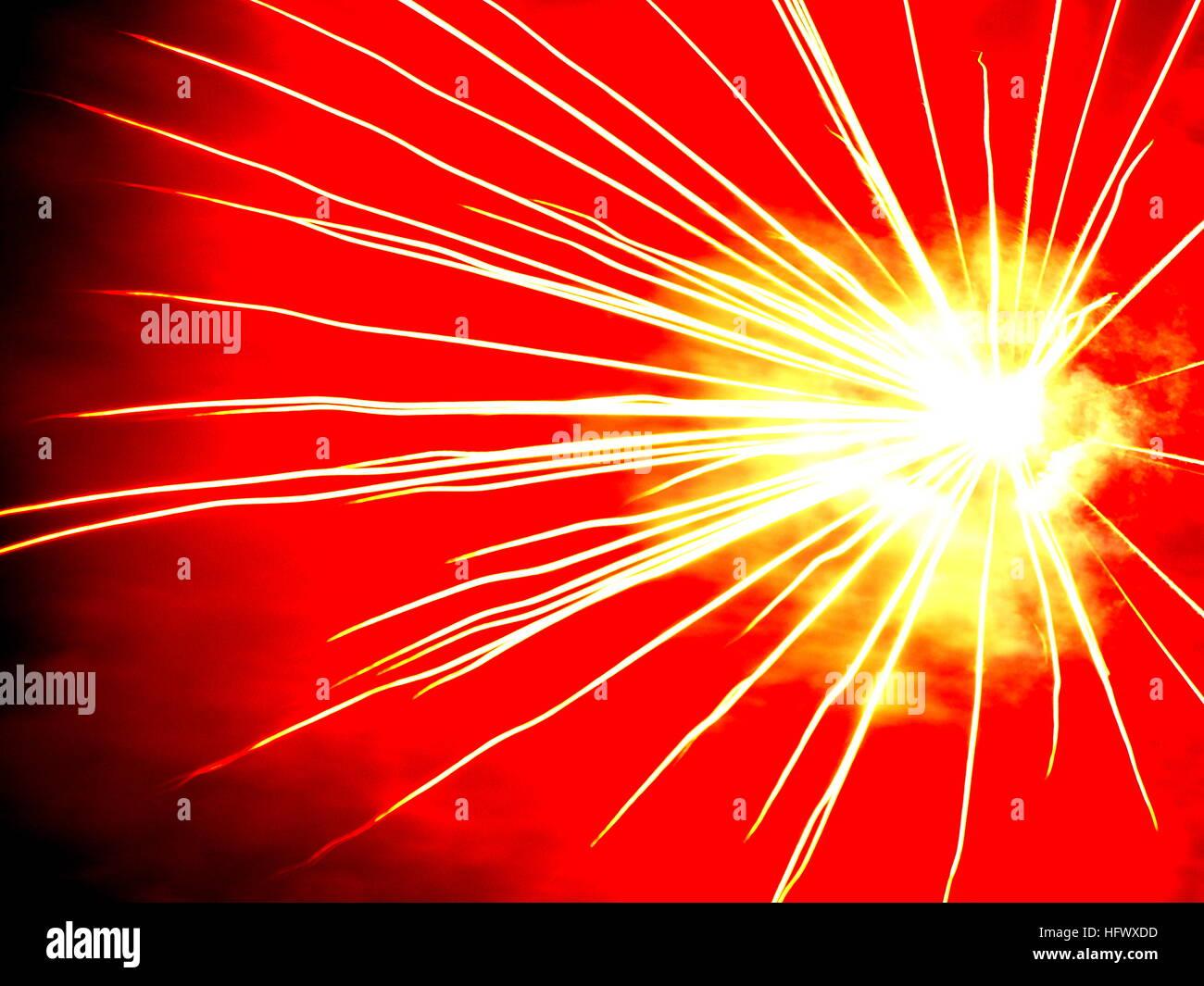 Esplosione radiante, fuochi d'artificio illuminano il cielo , Immagini Stock