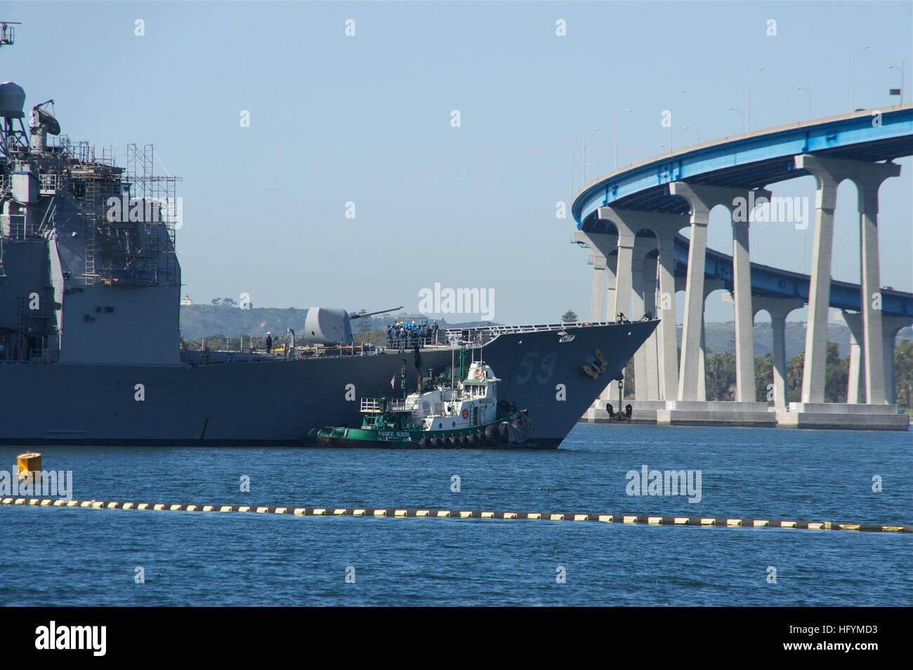 110309-N-ZC343-338 SAN DIEGO (9 marzo 2011) rimorchiatori aiutare le visite-missili cruiser USS Princeton (CG 59) Immagini Stock