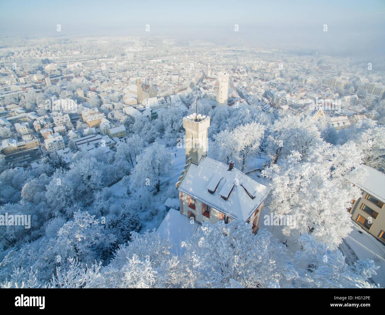 Ravensburg, Germania. 03 gen 2017. Meteo. La coperta di neve Veitsburg (anteriore) in piedi sopra il centro storico Immagini Stock