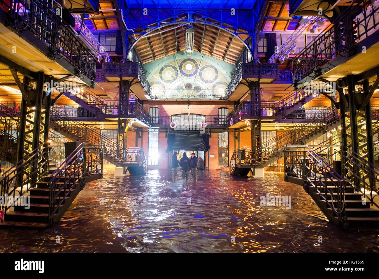 Amburgo, Germania. 4 gennaio, 2017. L'asta del pesce sala del mercato del pesce è sotto l'acqua durante una tempesta Foto Stock