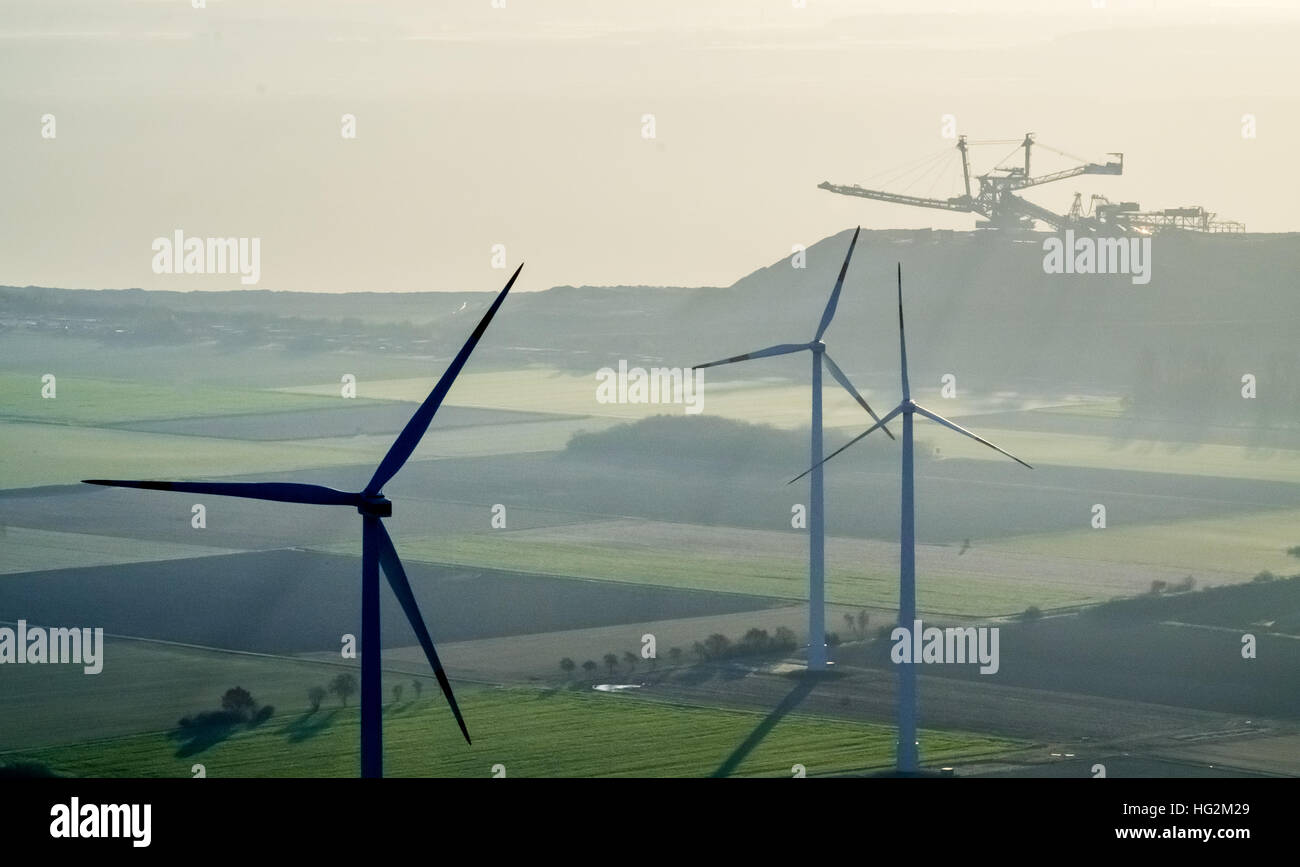 Vista aerea, escavatore di lignite a Niederzier Hambach con turbine eoliche, fonti rinnovabili di energia e di combustibili Immagini Stock