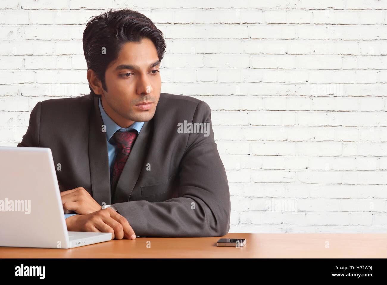 Imprenditore lavorando sul suo computer portatile Immagini Stock