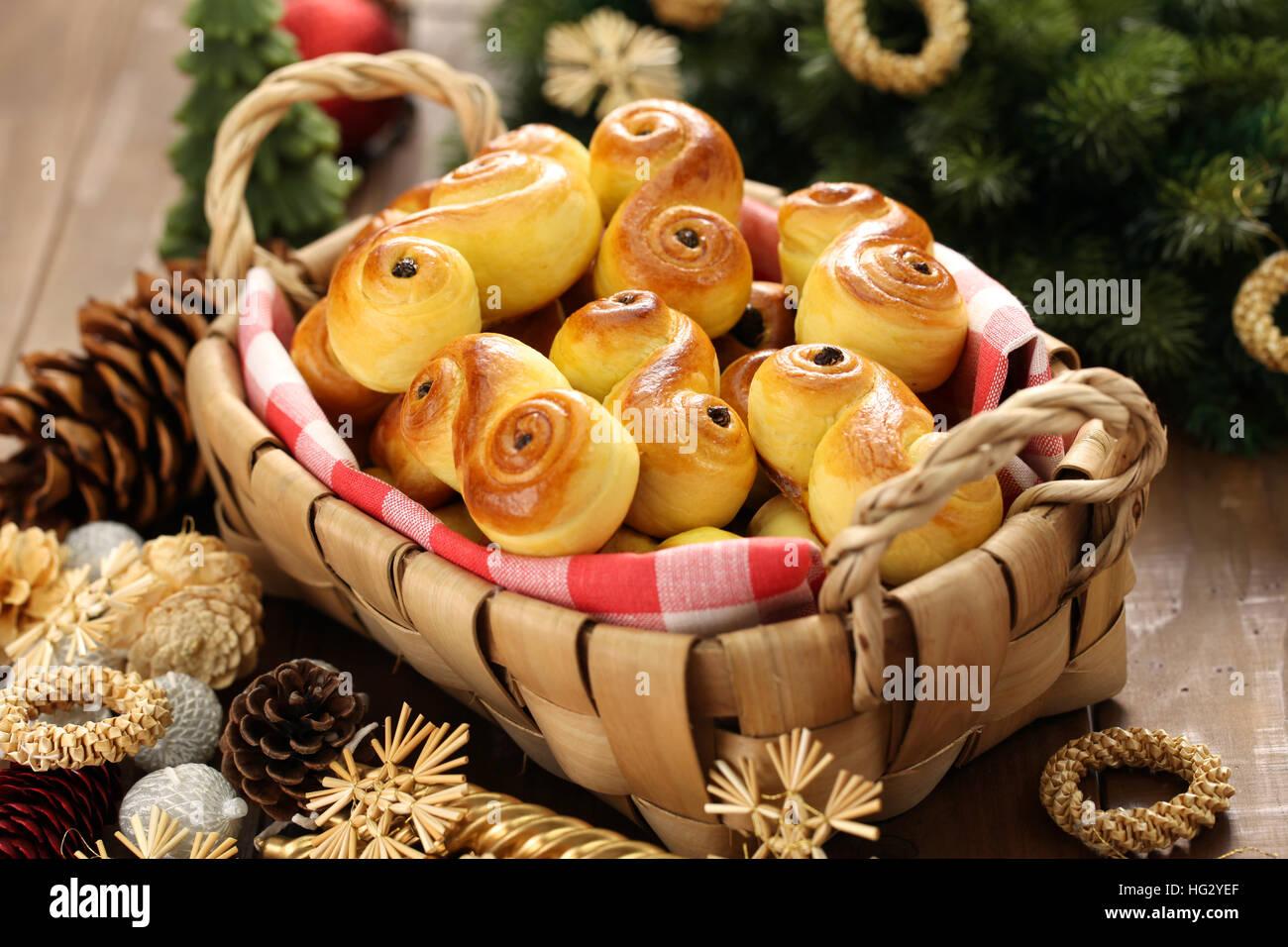 In casa svedese ciambelle di zafferano, lussekatt nel cestello Foto Stock