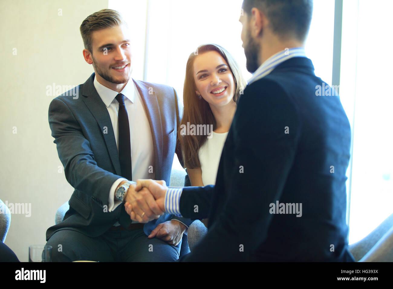 La gente di affari stringono le mani, finitura fino a una riunione. Immagini Stock