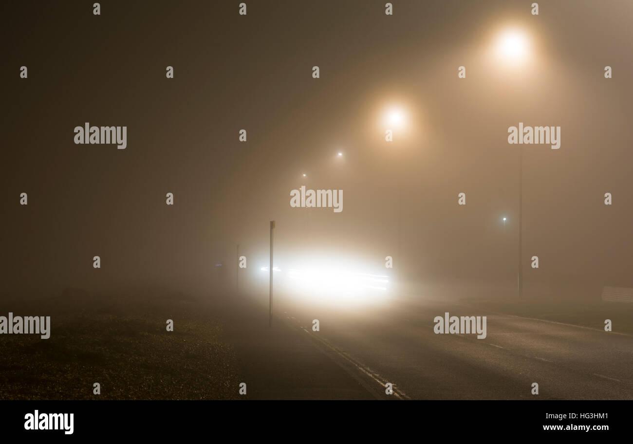 La strada principale di notte in una pesante velatura, NEL REGNO UNITO. La nebbia meteo. La nebbia di notte. La Immagini Stock