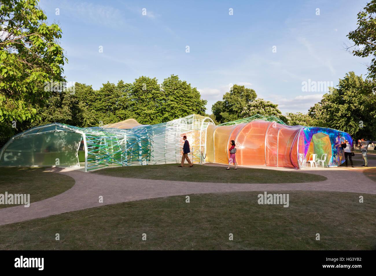 Vista generale della serpentina Pavilion 2015, Hyde Park, London, Regno Unito. Immagini Stock