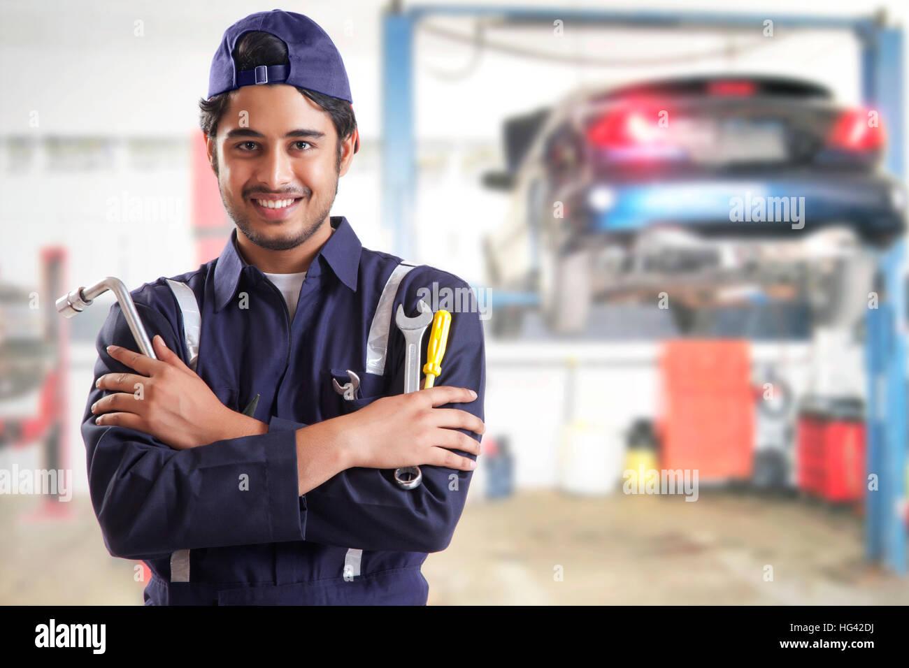 Ritratto di auto meccanico con utensili a mano in garage Immagini Stock