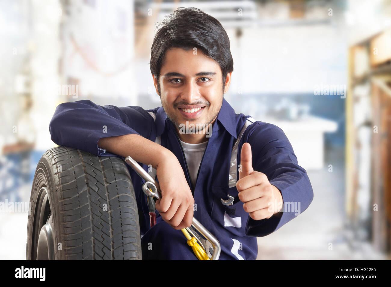 Ritratto di meccanico di automobili che mostra pollice in alto Immagini Stock